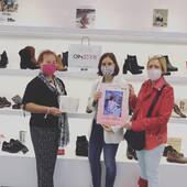 Esta mañana hemos tenido una visita muy especial en nuestra zapatería de Bilbao. @acambibizkaia nos ha facilitado huchas para colaborar con su asociación, encargada de prestar ayuda y apoyo a las mujeres que padecen cáncer de mama o ginecológico. #cancerdemama #alguienqueteescuche #luchacobtraelcancerdemama #oinberrisolidario #oinberrizapateria #oinberribilbao